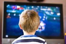 Ditina-pered-televizorom