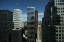 """Офис суперинтенданта финансовых институтов (OSFI) посоветовал некоторым банкам страны срочно провести """"стресс-тест"""" и отрепетировать в виртуальном режиме свои действия в случае резкого падения цен на рынках недвижимости в Ванкувере и Торонто."""