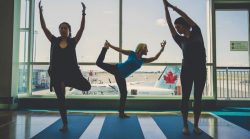 В аэропорту Ванкувера появилась бесплатная йога для пассажиров