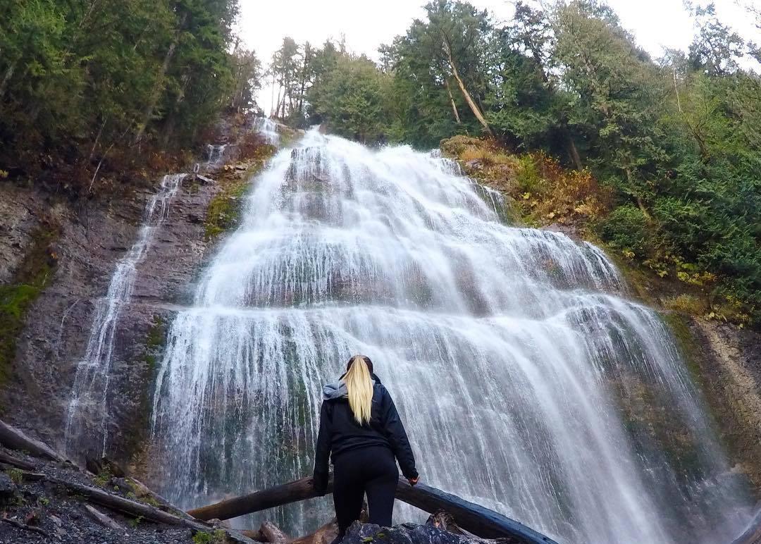 водопады в Британской Колумбии, водопады Канады, красивый водопад, водопады зимой