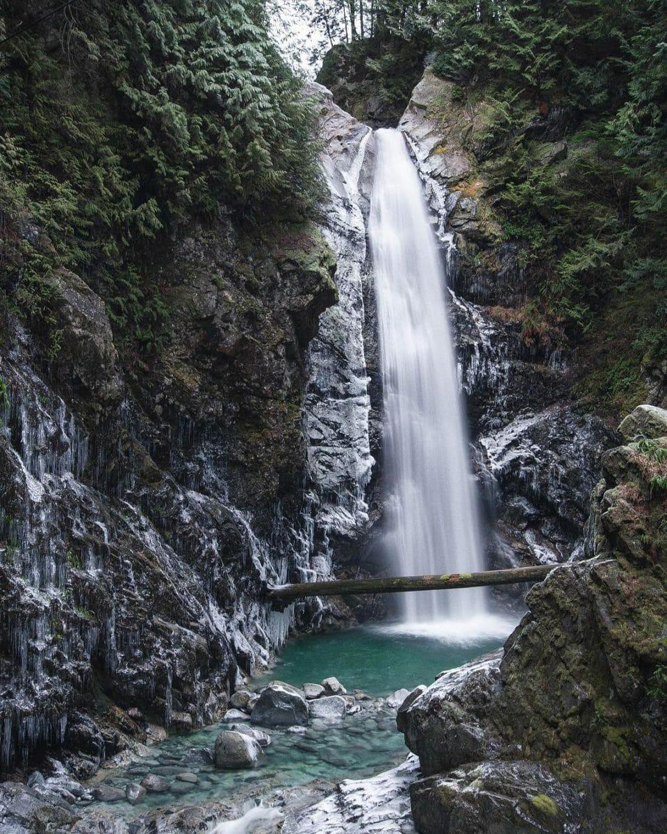 замерзшие водопады, водопады в Британской Колумбии, водопады Канады