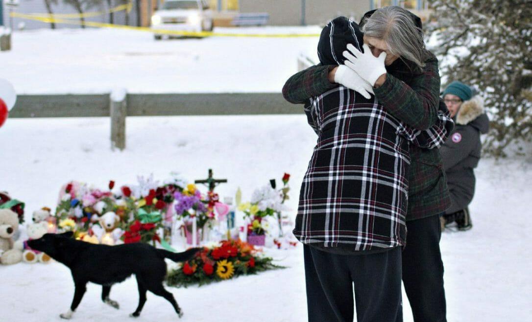 женщина плачет в Канаде,школе канадского города Ла-Лош (провинция Саскачеван)